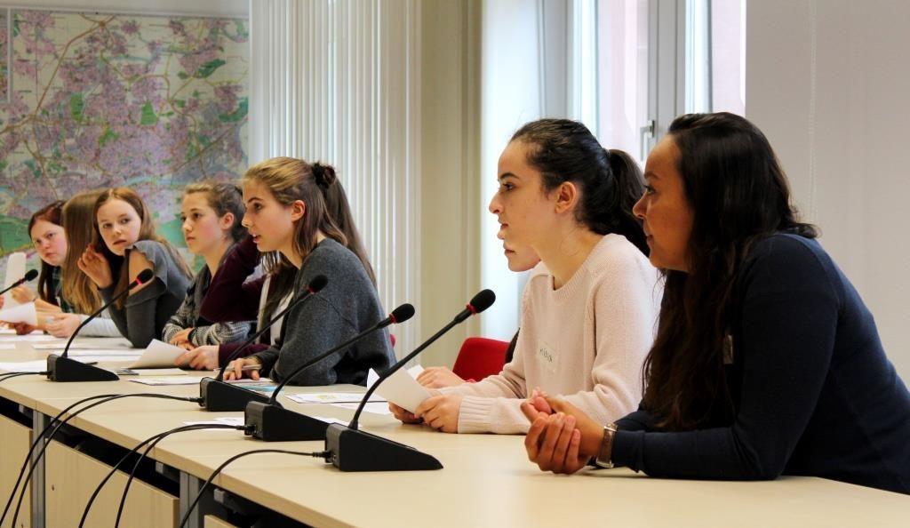 Frauen stellen eine Plenarsitzung nach